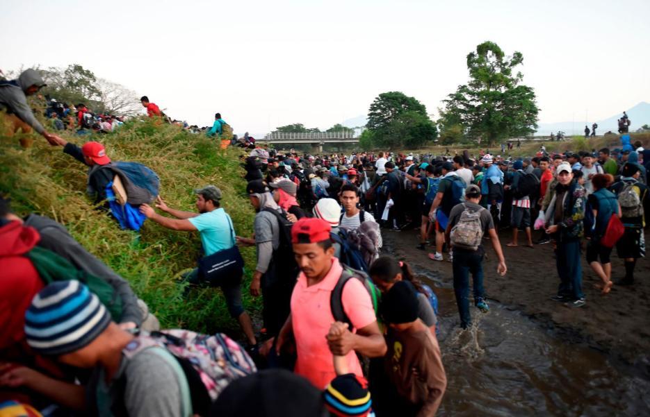 Pese a choques con la policía mexicana, migrantes centroamericanos continúan su marcha a EE. UU.