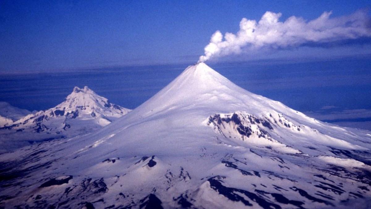 (Fotos) Volcán en Alaska entra en erupción