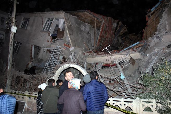 Fuerte terremoto estremece a Turquía y deja al menos 14 muertos