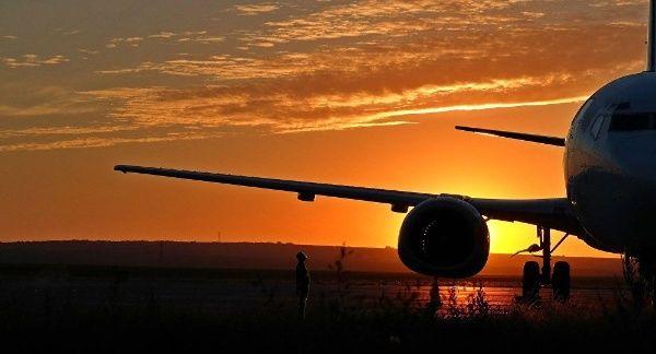 Para bloquear más los ingresos a Cuba, EE. UU. suspende todos los vuelos chárter a la isla