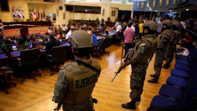 Presidente de El Salvador presiona al congreso con militares y policías armados