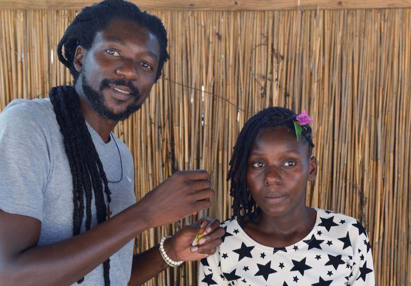 En Mozambique un peluquero busca recuperar el amor por el cabello estilo afro