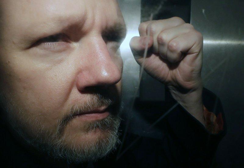 La jueza de Westminster acepta posponer el juicio de extradición contra Assange