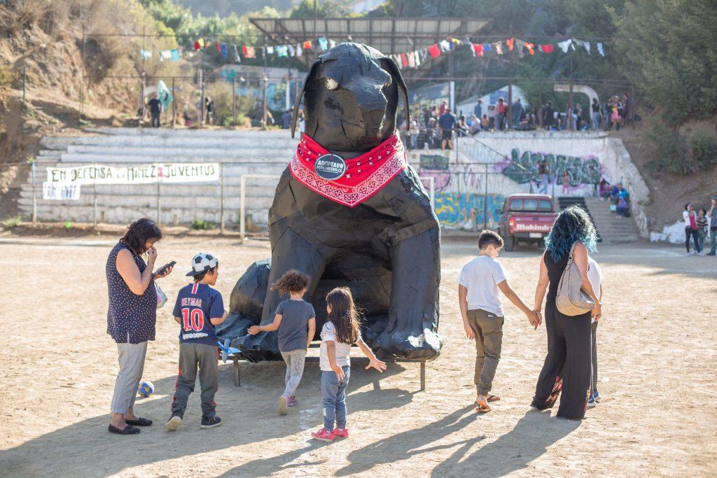 Negro Matapacos causa sensación en el carnaval anti festivalero de Valparaíso