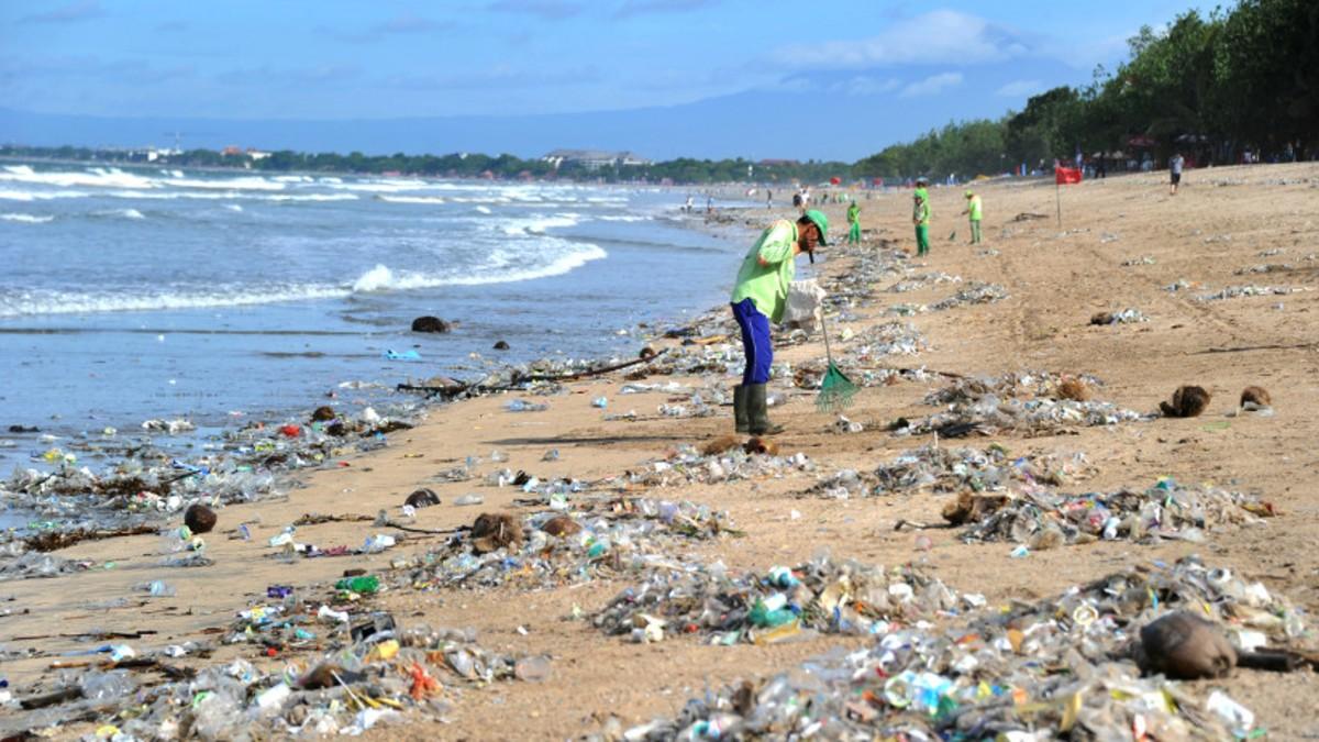 (Video) Vestido de SpiderMan lucha contra el plástico en las playas de Indonesia