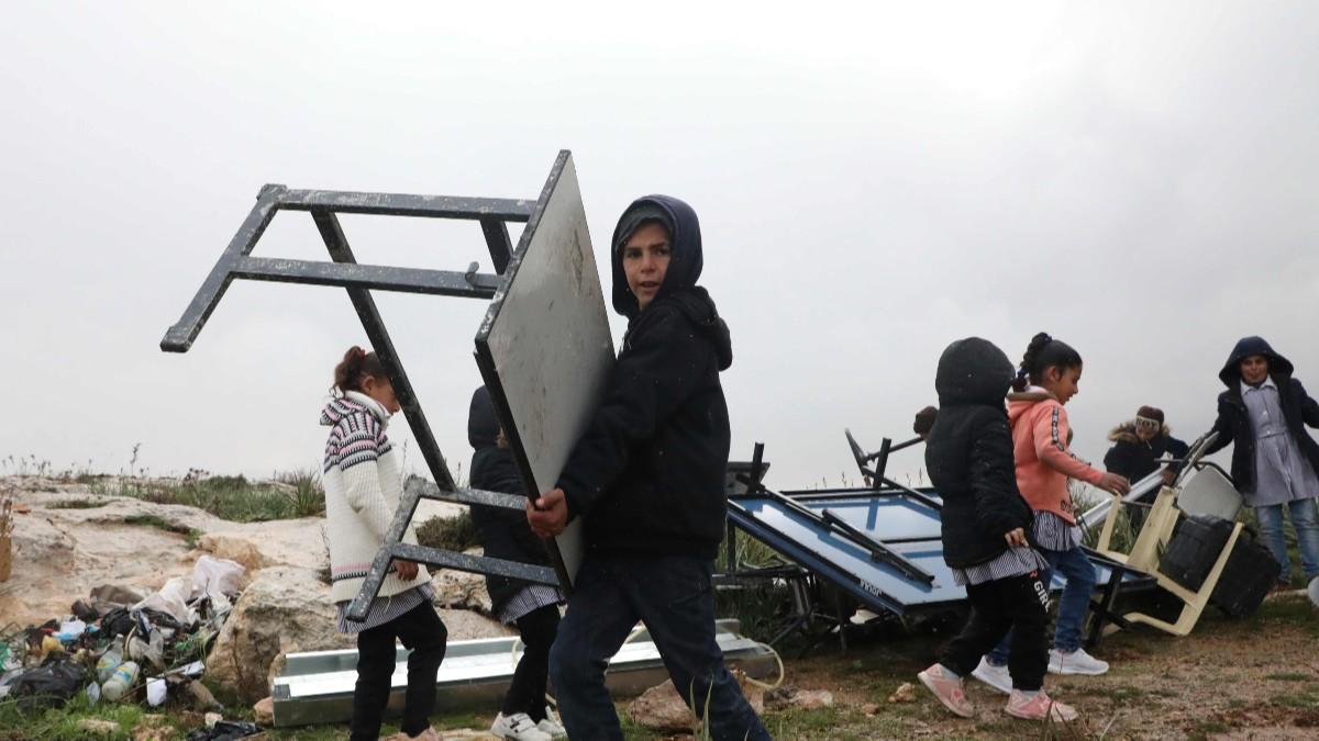 (Fotos) Régimen israelí desaloja a niños y niñas palestinos de sus clases habituales y demuele su escuela