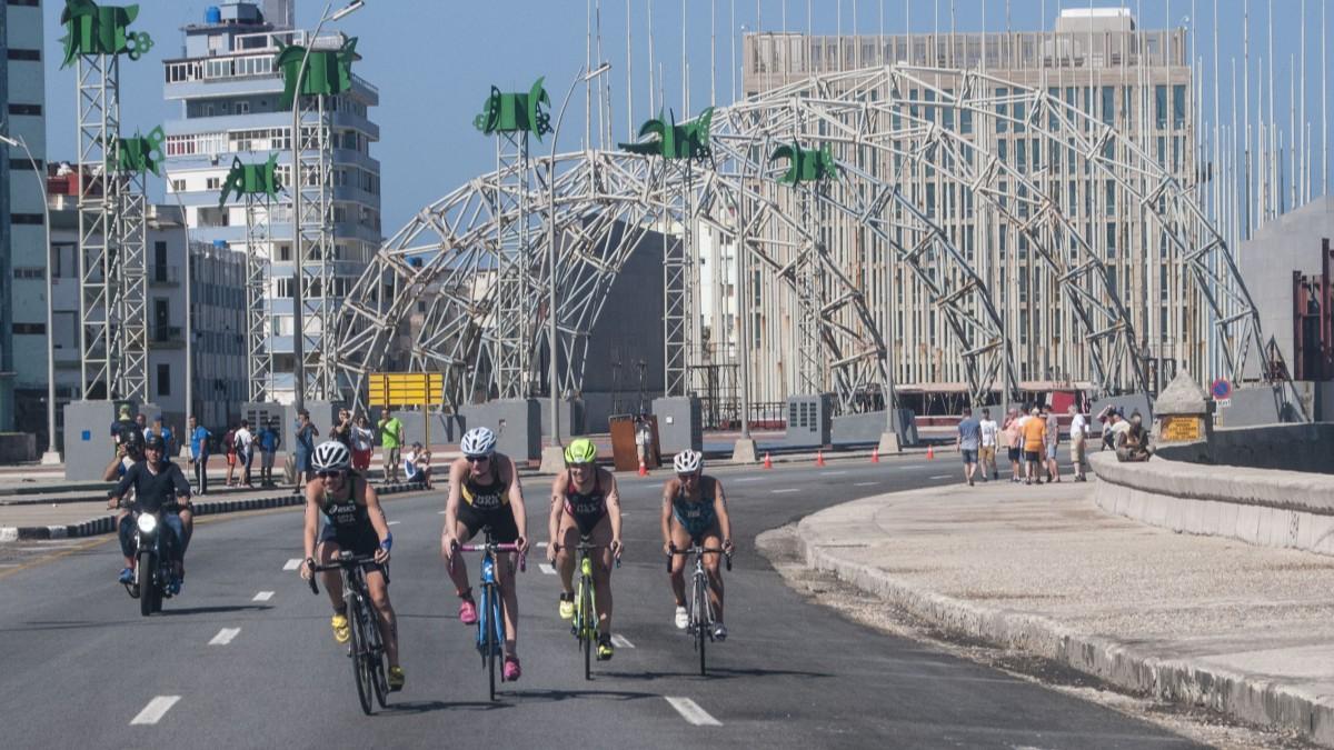 Triatlón de La Habana se prepara para recibir a 500 participantes este domingo