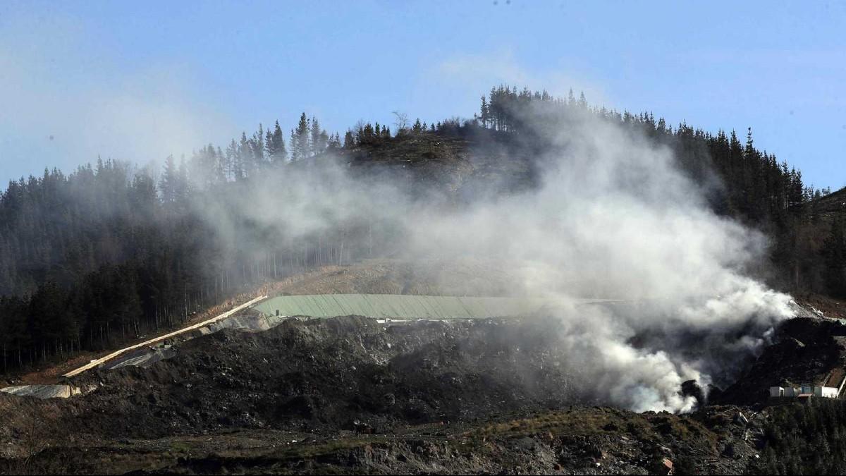 Incendio en vertedero al norte de España pone en peligro a más de 50mil personas