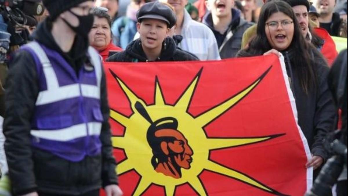 Policía canadiense agrede a manifestantes indígenas