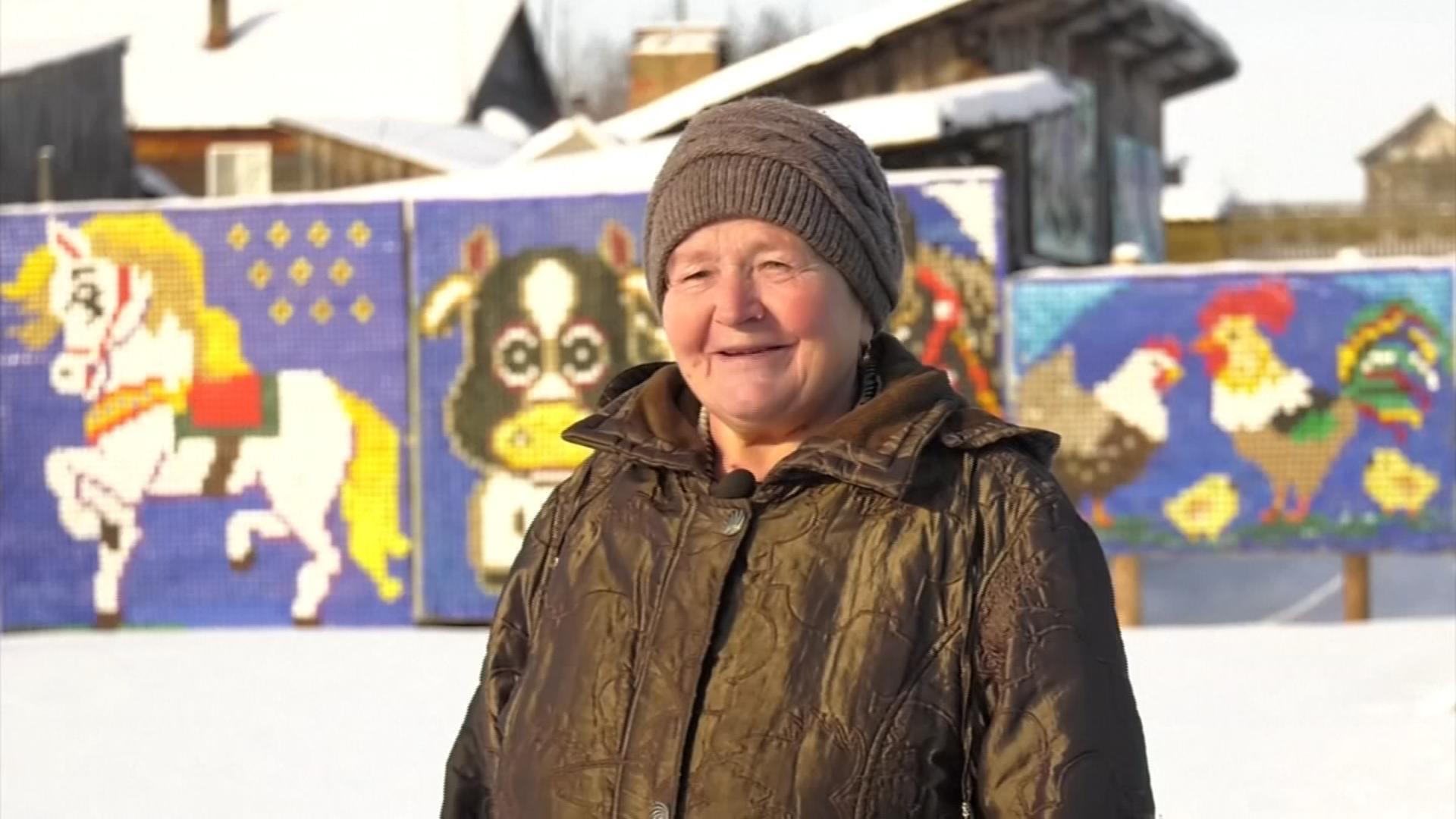 Una rusa convierte toneladas de tapas de botellas en obras de arte