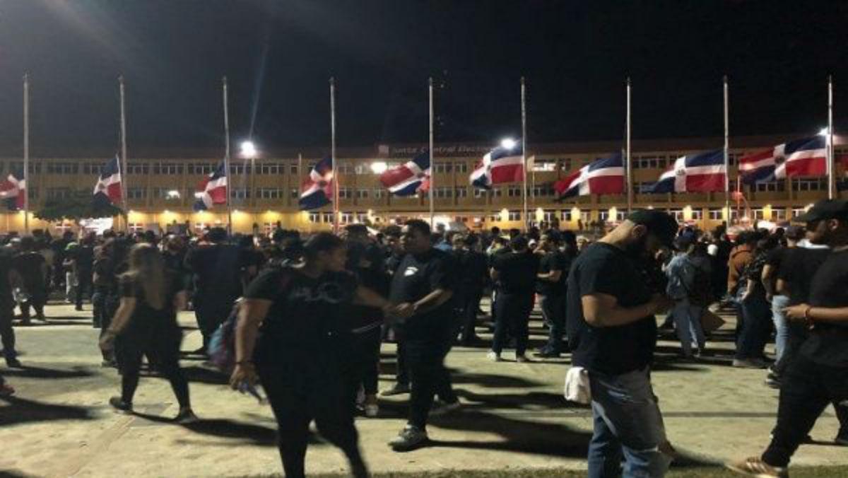 Continúan protestas en Dominicana tras suspensión de comicios