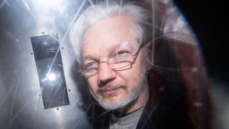 El móvil político domina el tercer día del juicio de extradición de Assange