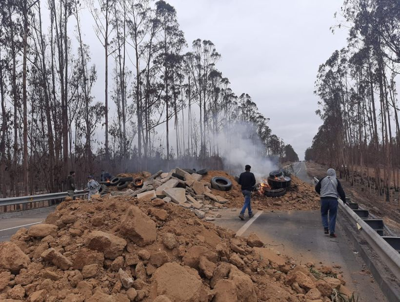 Vecinos volvieron a levantar barricadas en ruta de acceso a Algarrobo para impedir llegada de turistas