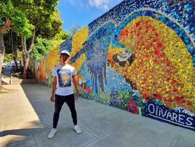 Con 200 mil tapas recicladas joven artista creó uno de los murales ecológico más grande de Latinoamérica