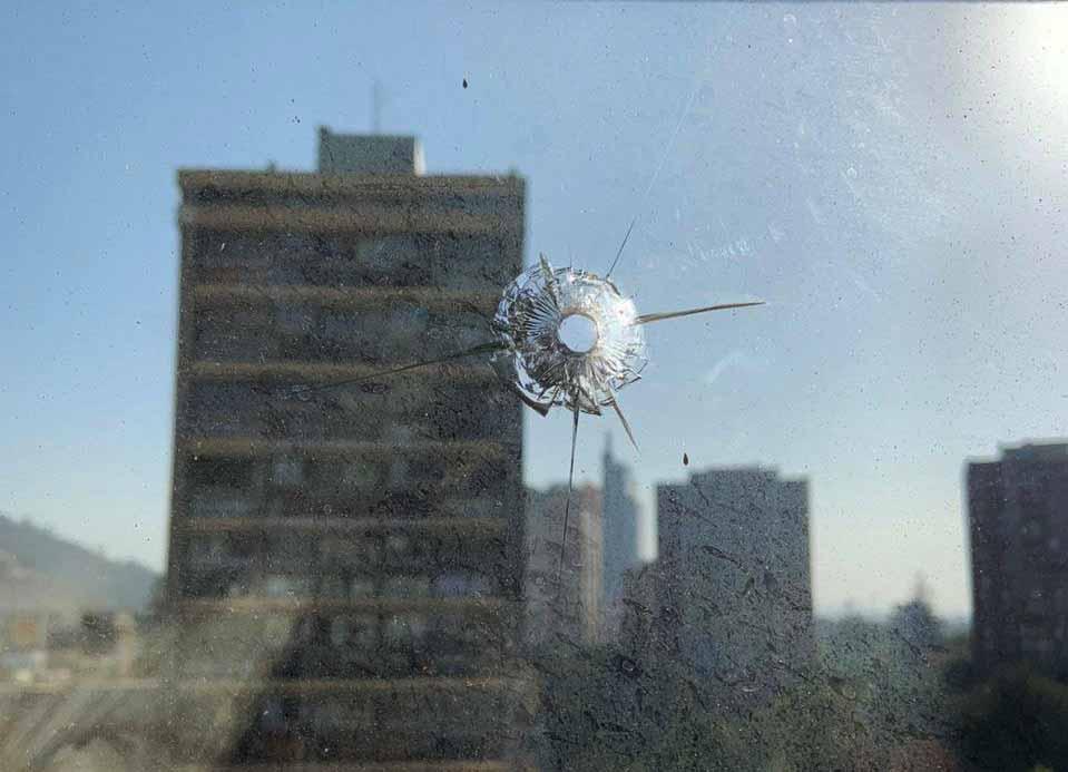 'No tenemos miedo': Vecina de Plaza Dignidad que recibió un disparo en un ventanal de su departamento