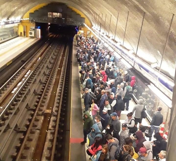 Aglomeraciones en el Metro refuerzan demanda ciudadana de una cuarentena obligatoria