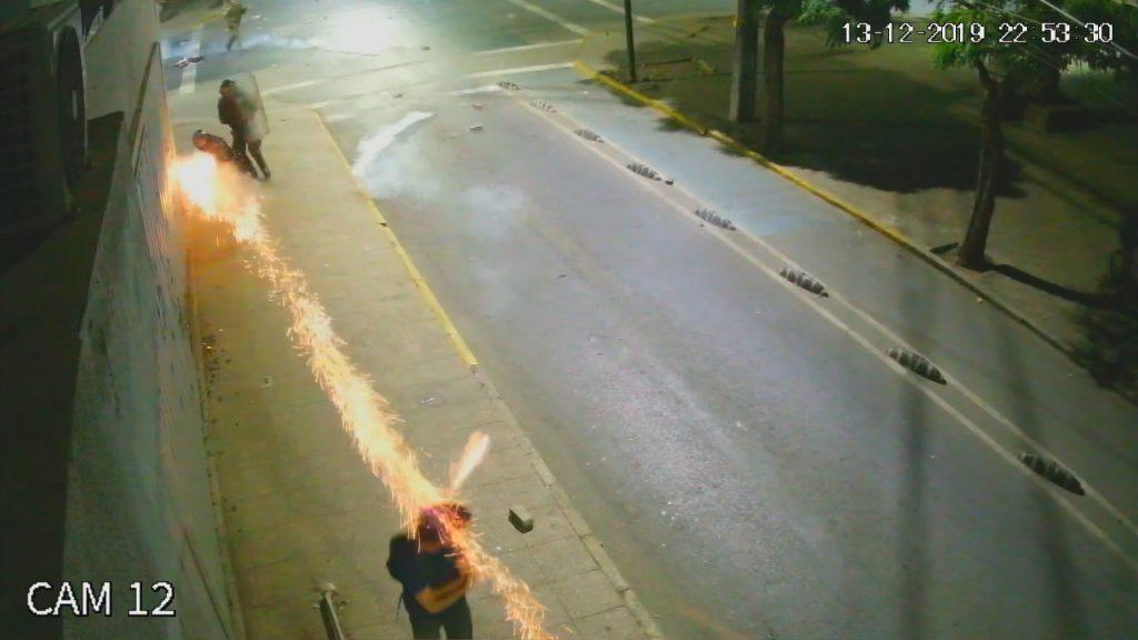 Dejan en prisión preventiva a carabinero que disparó lacrimógena en la cabeza y por la espalda de manifestante