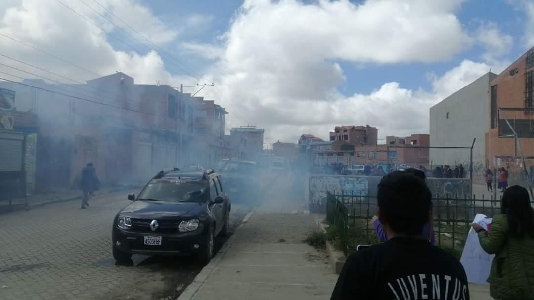 Policía boliviana reprime a manifestantes que pedían justicia por Masacre de Senkata