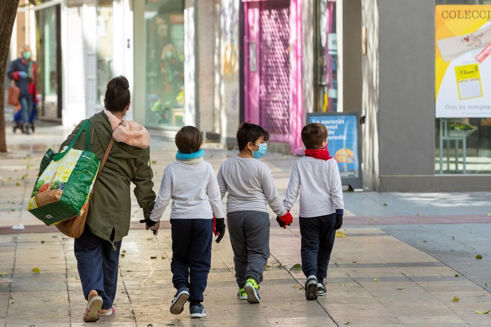 Por una hora: en España niños podrán salir en un radio de un kilómetro