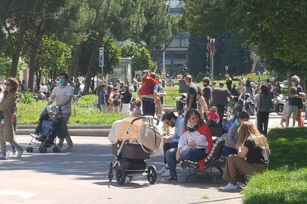 Autoridades españolas muestran preocupación por aglomeraciones durante paseos con niños