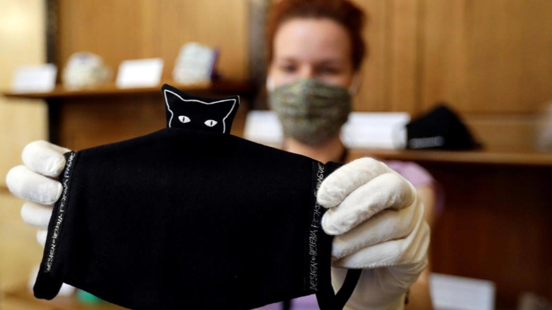 En Praga resaltan con una exposición el valor del tapabocas para contener el virus