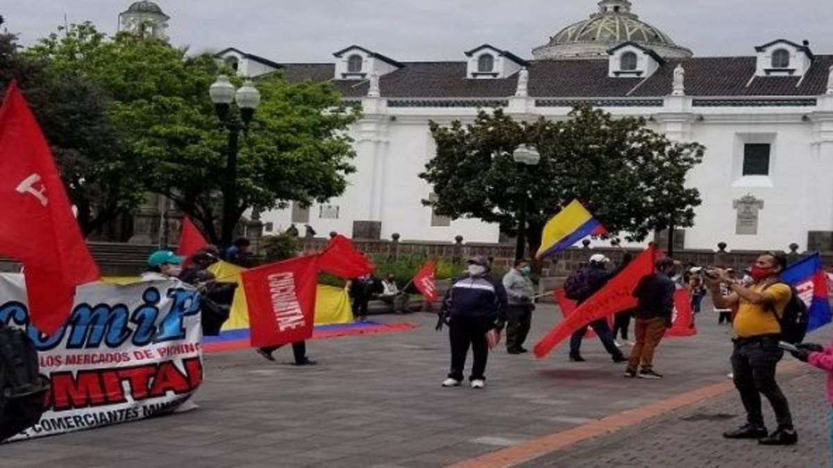 Ecuatorianos protestan por la mala gestión del gobierno ante la pandemia