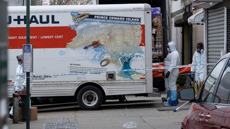 Policía de Nueva York encontró 100 cadáveres en camiones de mudanza sin refrigeración
