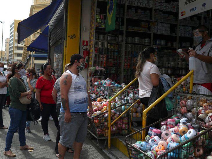 Temores por nueva ola del Covid-19 prevalece en grandes ciudades brasileñas tras la reapertura de su economía