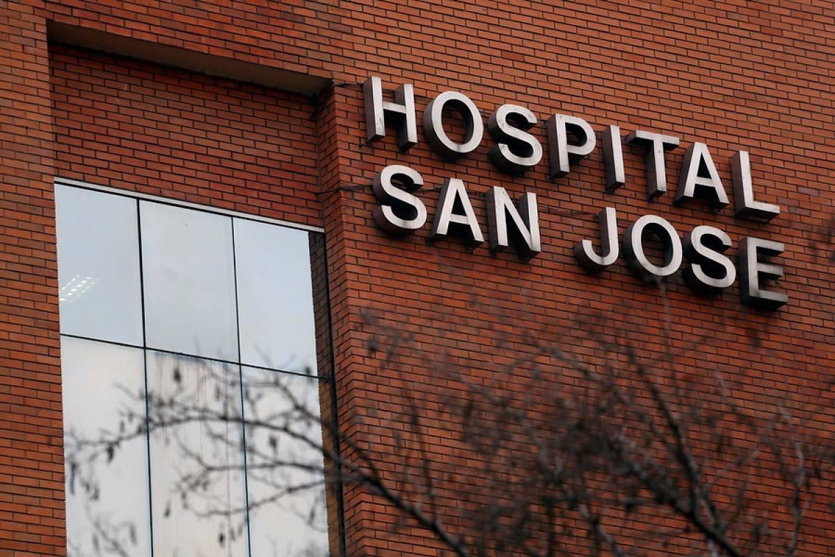 Más de 100 funcionarios del San José rechazan 'negacionismo' del Minsal: 'Hace meses alcanzamos la capacidad máxima'