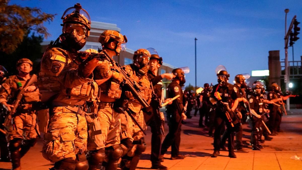 Gobernador de Kentucky reconoce el uso de armas de fuego que resultó en el asesinato de un individuo durante las manifestaciones en EE.UU.