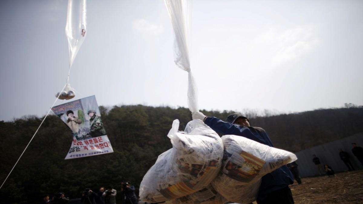 Corea del Sur revocará licencia de dos ONG que envían folletos de propaganda al Norte