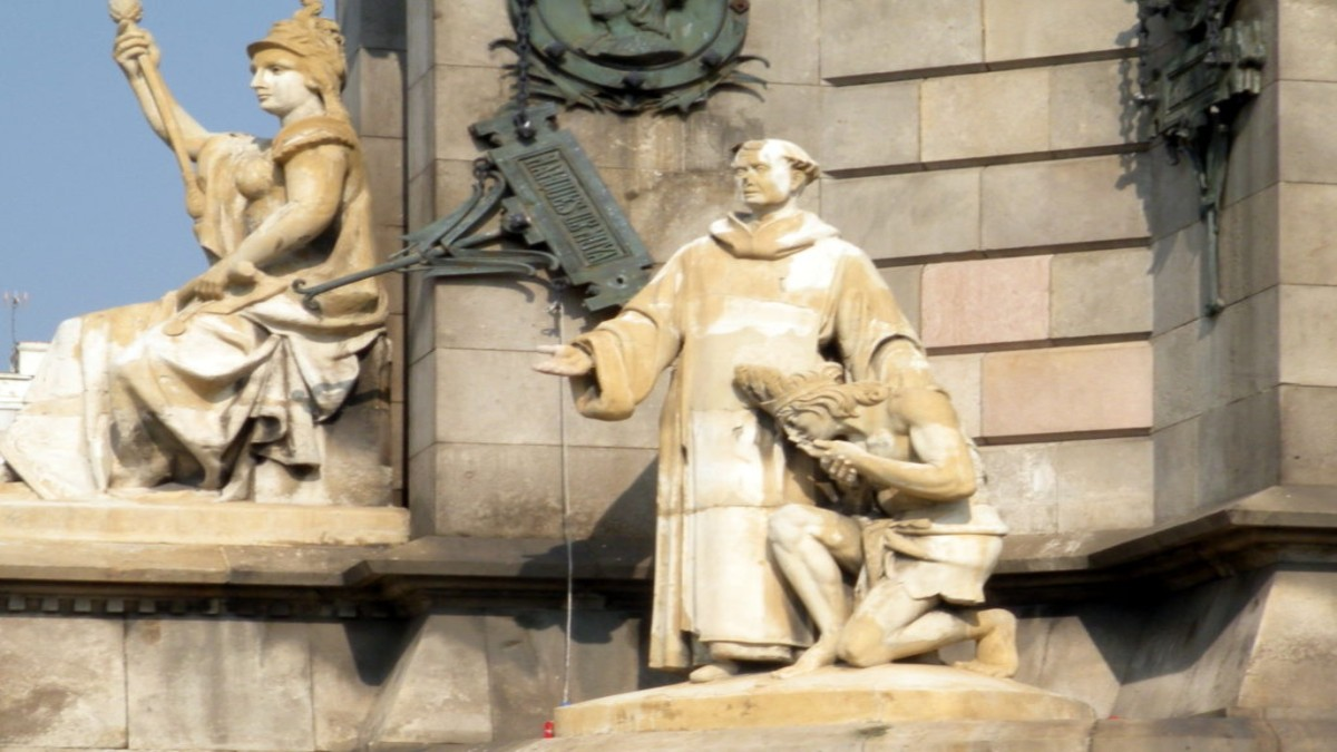Piden al Ayuntamiento de Barcelona retirar las estatuas de los indígenas arrodillados ante Monumento a Colón