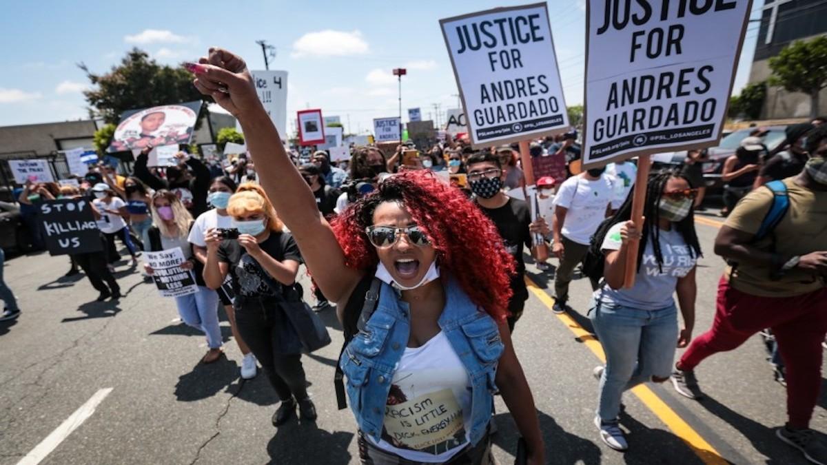 Manifestantes claman justicia tras la muerte de un hispano a manos de la policía en EE.UU.