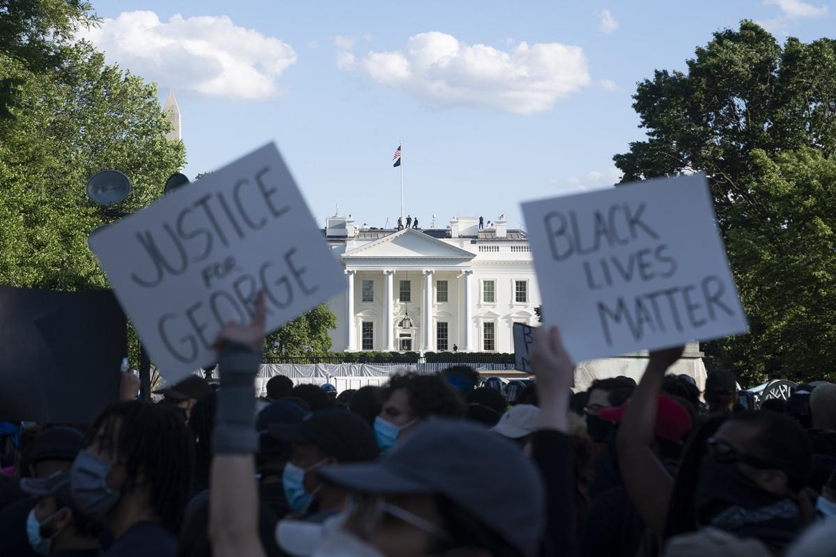 """Trump dice que los gobernadores """"están quedando como tontos"""" y les exige dureza frente a protestas"""