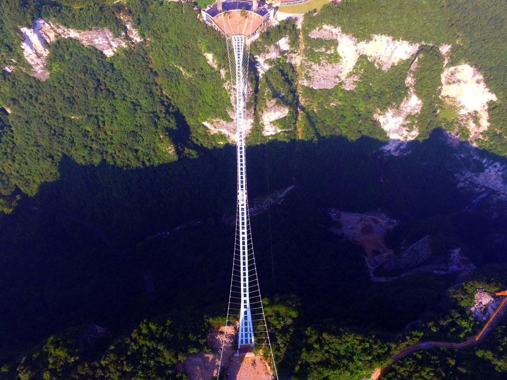 (VIDEO) ¿Te atreverías a manejar sobre el puente de cristal más largo del mundo?