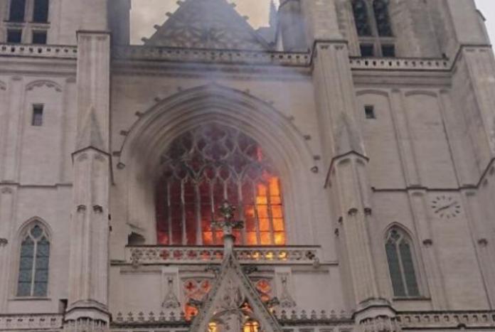 (Video) Un incendio causa graves daños en la catedral de Nantes y las autoridades  investigan si fue provocado
