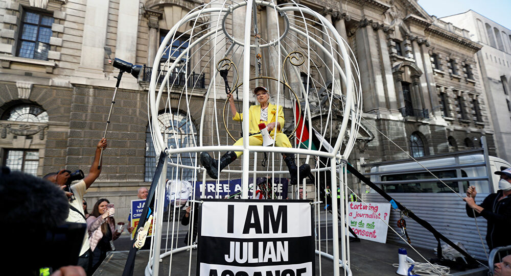 Diseñadora británica Westwood se suspende dentro de una jaula por Julian Assange