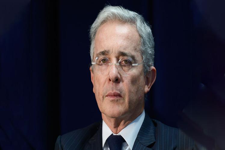 Colombia: Uribe da positivo a COVID-19 un día después de que se ordenara su arresto domiciliario
