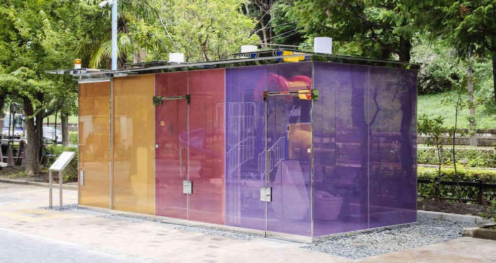 ¿Se ve o no se ve? : baños públicos transparentes innovan espacios públicos de Tokio