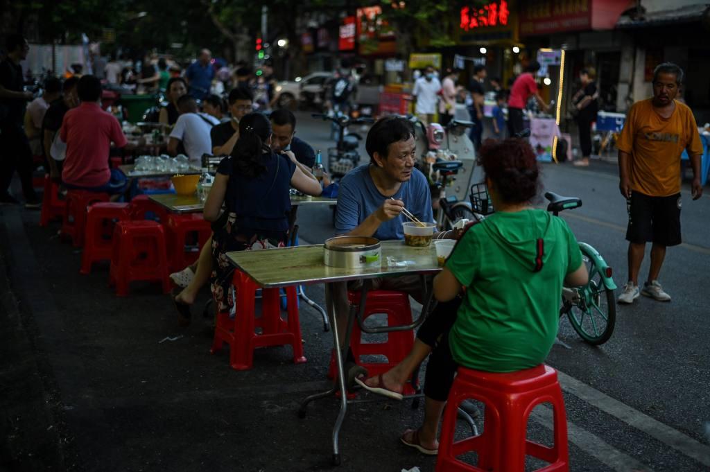 Wuhan: Habitantes de la ciudad epicentro de la pandemia abandonan los cubrebocas