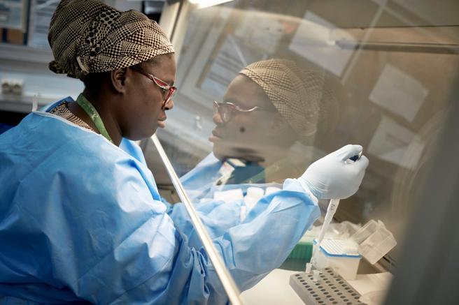 Fractura étnica en Francia también afecta a médicos: polémica por listas sobre ginecólogas negras