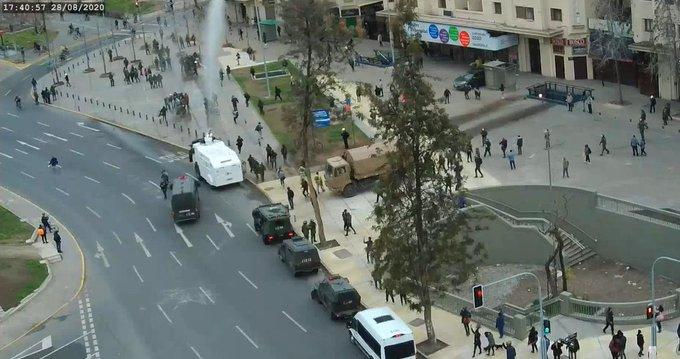 Carabineros reprimió manifestación por el apruebo en Plaza Dignidad y dejó transitar caravana del rechazo sin problemas