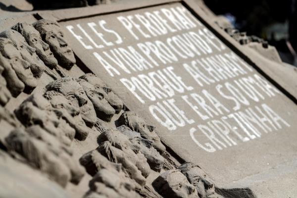En Copacabana recuerdan a las víctimas del Covid-19 con rostros de arena