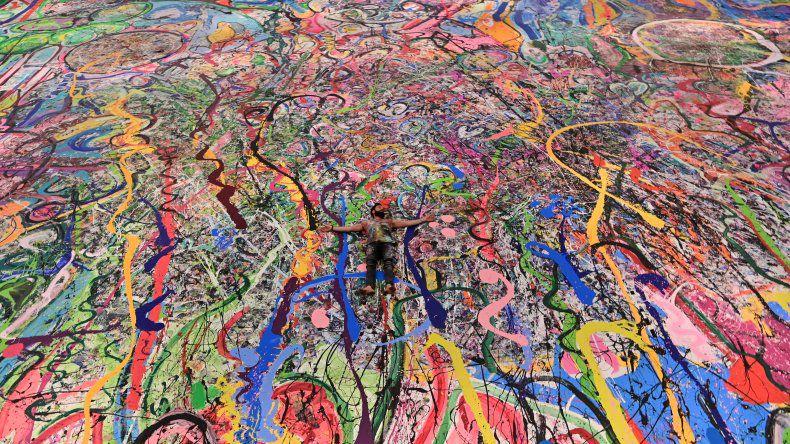 Lienzo del tamaño de dos estadios de fútbol: artista realiza en Dubái la pintura más grande del mundo