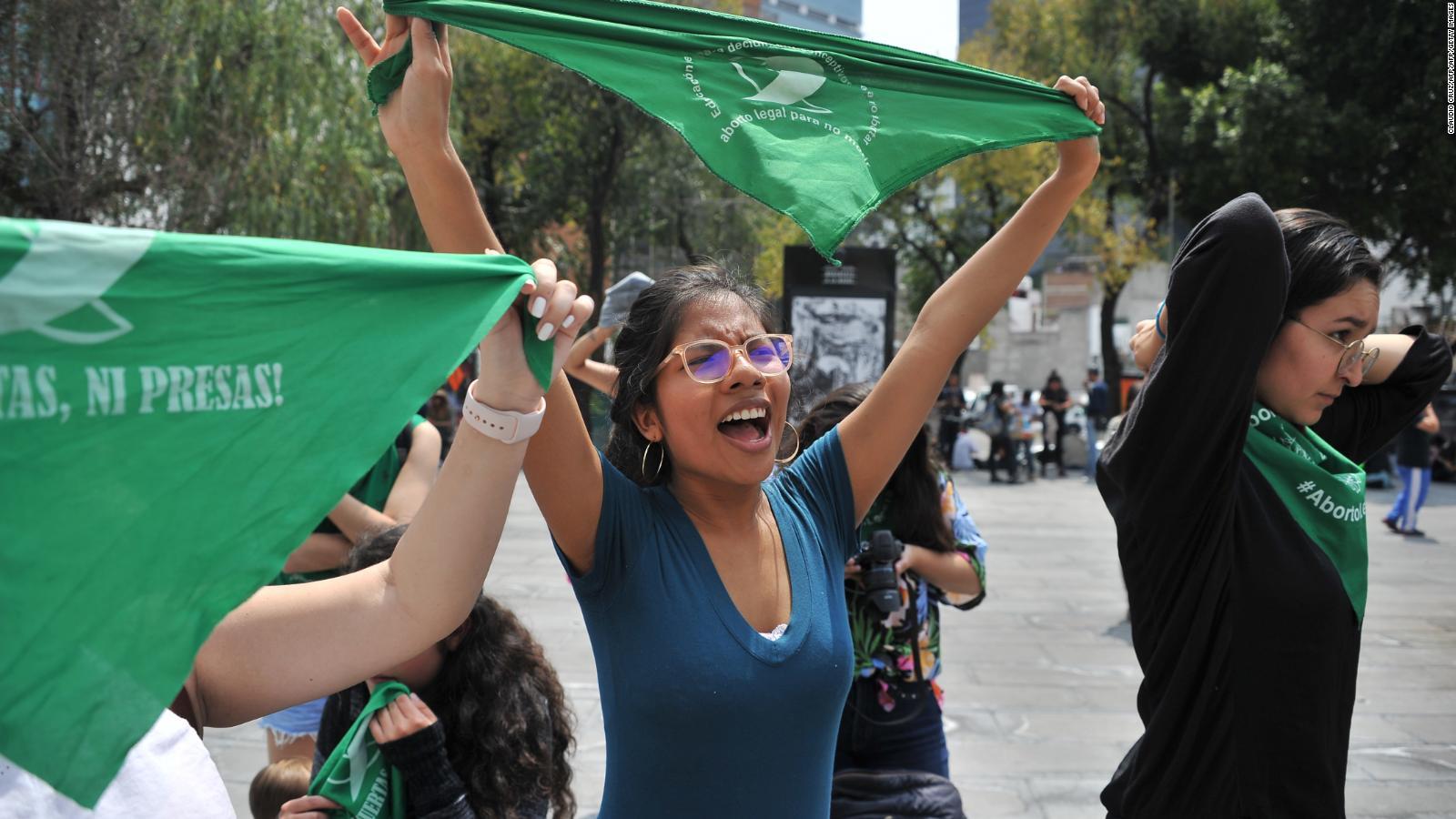 Mexicanas marcharon con pañuelos verdes para exigir la despenalización del aborto a escala nacional