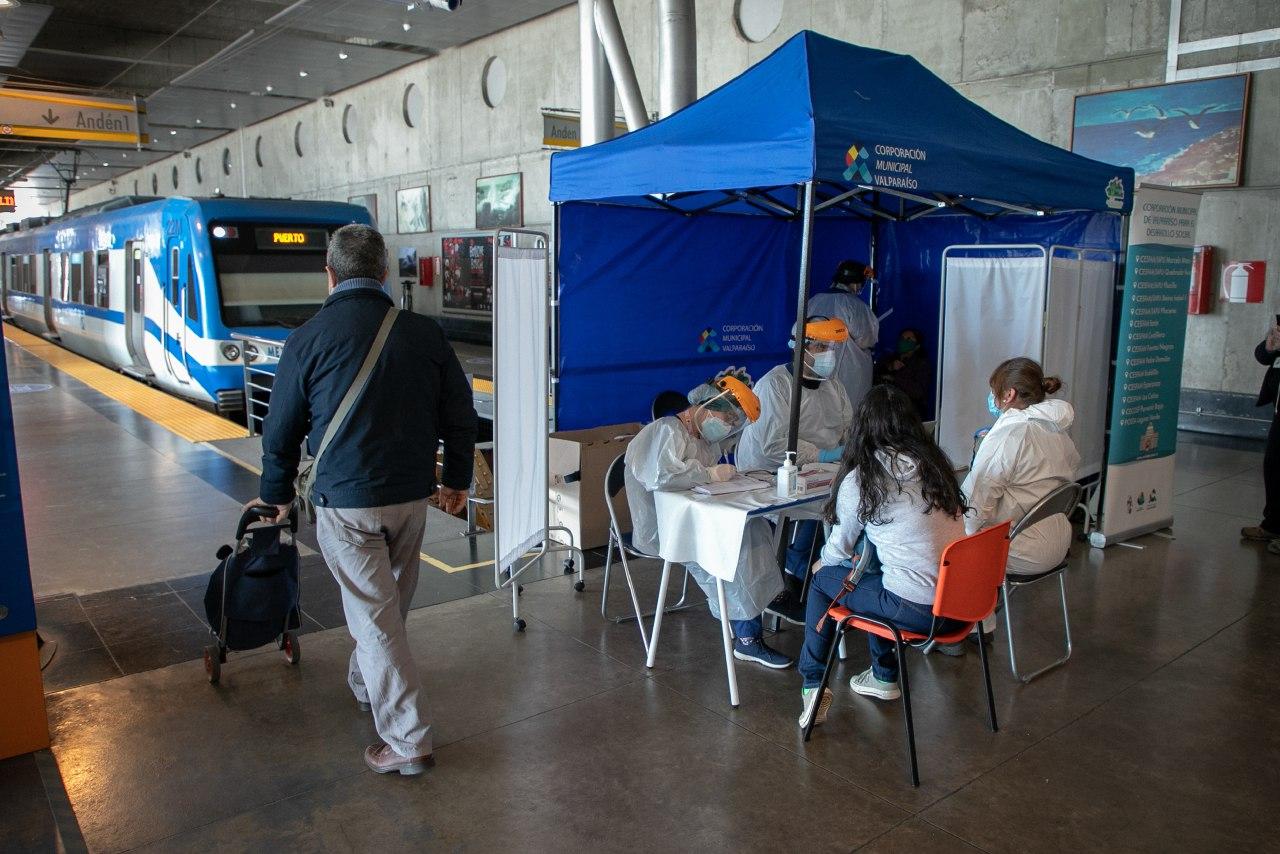 Toman cerca de 80 exámenes PCR gratuitos a usuarios de Metro Valparaíso