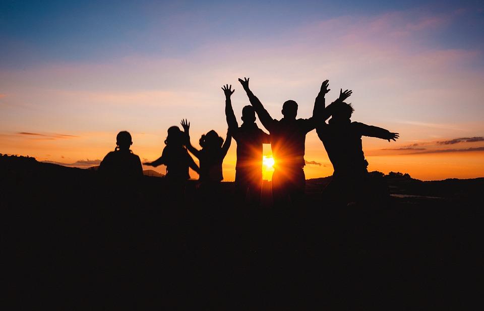 ¿Nos sentimos más felices en compañía de amigos, pareja o padres?