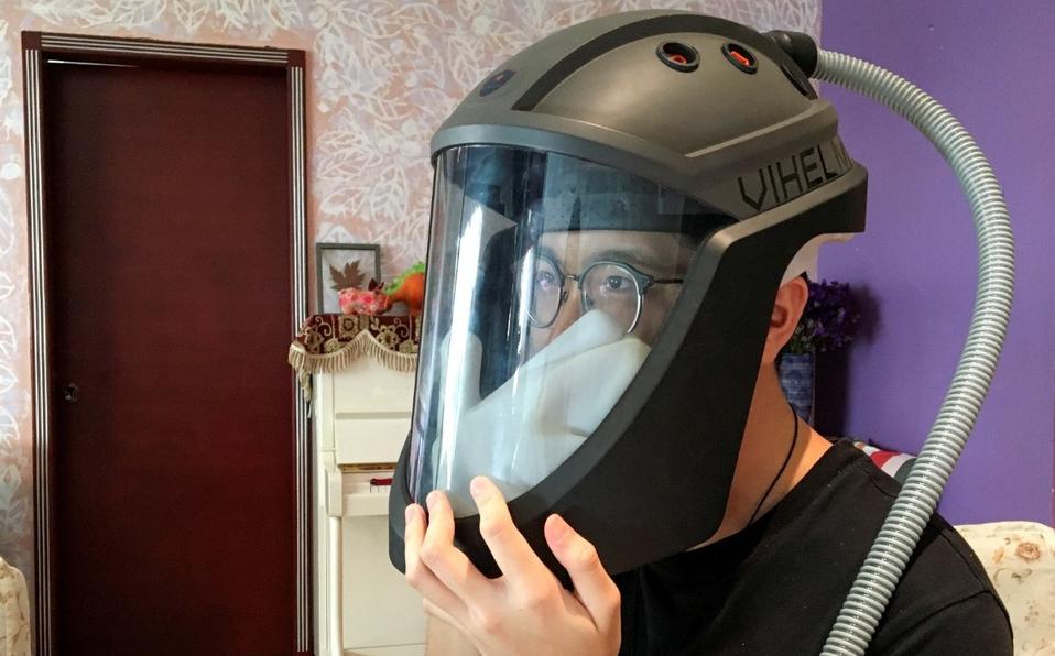 """""""Vihelm"""": El casco inventado por estudiantes vietnamitas que permite comer y rascarse"""