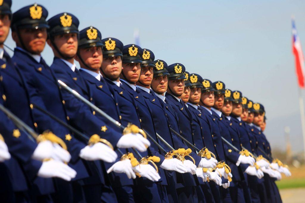 Fuerza Aérea de Chile licita relojes, colleras y bandejas por hasta $100 millones como premios para sus oficiales