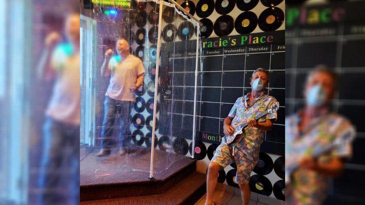 """Para protegerlos contra el coronavirus: bar de karaoke de Canadá deja a sus clientes cantar en la """"ducha"""""""